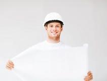 Arquitecto de sexo masculino en casco con el modelo Imagen de archivo libre de regalías