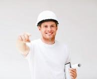 Arquitecto de sexo masculino en casco que señala en usted Imagen de archivo