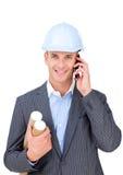Arquitecto de sexo masculino encantador que habla en el teléfono Foto de archivo