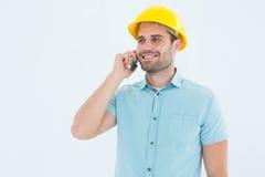 Arquitecto de sexo masculino feliz que conversa en el teléfono móvil Imagenes de archivo