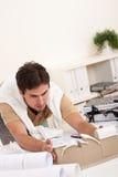Arquitecto de sexo masculino joven que trabaja en la oficina Imágenes de archivo libres de regalías