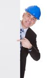 Arquitecto de sexo masculino maduro que sostiene la cartelera Imagen de archivo
