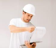 Arquitecto de sexo masculino que mira el modelo Fotografía de archivo libre de regalías