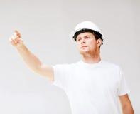 Arquitecto de sexo masculino que mira el modelo Imágenes de archivo libres de regalías
