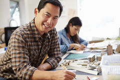 Arquitecto de sexo masculino Working On Model en oficina Fotografía de archivo