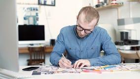 Arquitecto elegante que trabaja en modelo almacen de metraje de vídeo