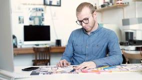 Arquitecto elegante que trabaja en modelo metrajes