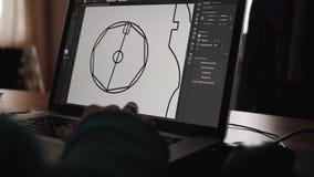 Arquitecto en el trabajo con un software del cad con un ordenador portátil almacen de metraje de vídeo