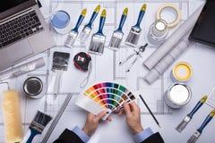 Arquitecto Holding Color Guide Swatch imagenes de archivo