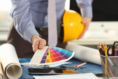 Arquitecto Holding Design Color Swatch en la oficina fotos de archivo