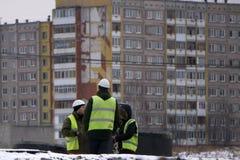 Arquitecto joven de tres gente-uno en el emplazamiento de la obra Rusia Berezniki 23 de noviembre de 2017 foto de archivo