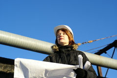 Arquitecto joven que mira el modelo Foto de archivo libre de regalías