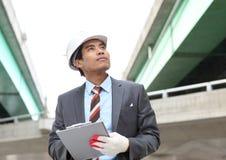 Arquitecto joven que trabaja en hojas de operación (planning) Fotos de archivo