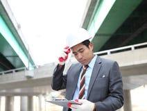 Arquitecto joven que trabaja en hojas de operación (planning) Foto de archivo libre de regalías