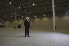 Arquitecto Looking Away In Warehouse vacío Foto de archivo libre de regalías