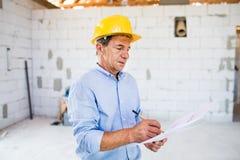 Arquitecto mayor o ingeniero civil en el emplazamiento de la obra imagen de archivo