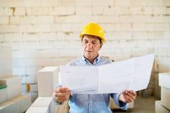 Arquitecto mayor o ingeniero civil en el emplazamiento de la obra foto de archivo