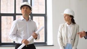 Arquitecto o agente inmobiliario que muestra la oficina a los clientes metrajes