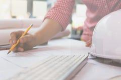 Arquitecto o ingeniero que trabaja con los modelos en la oficina, Constru imagenes de archivo