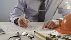 Arquitecto o ingeniero que usa el lápiz que trabaja en el modelo, concepto arquitectónico almacen de metraje de vídeo