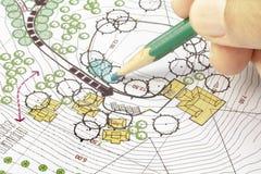 Arquitecto paisajista Designing en plan Foto de archivo libre de regalías