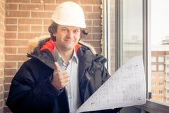 Arquitecto que da la luz verde al proyecto Ingeniero feliz que da los pulgares-para arriba Foco suave, entonado fotografía de archivo