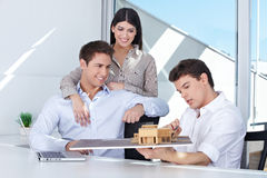 Arquitecto que muestra el modelo de la casa Imagen de archivo libre de regalías