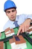 Arquitecto que señala al panel solar Fotografía de archivo libre de regalías