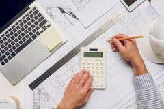 Arquitecto que trabaja con los modelos y la calculadora fotografía de archivo libre de regalías