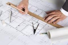 Arquitecto que trabaja en planes arquitectónicos Fotos de archivo