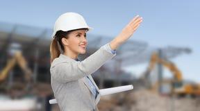 Arquitecto sonriente en casco con el modelo Imágenes de archivo libres de regalías