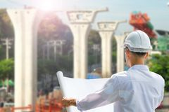 Arquitecto Working On Blueprint , inspector del ingeniero en lugar de trabajo Fotos de archivo libres de regalías