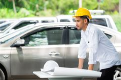 Arquitecto Working On Blueprint , inspector del ingeniero en lugar de trabajo Imágenes de archivo libres de regalías