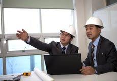 Arquitectos asiáticos que trabajan en hojas de operación (planning) Foto de archivo libre de regalías