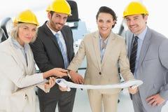 Arquitectos bien vestidos con los cascos y el modelo Foto de archivo libre de regalías