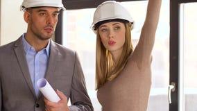 Arquitectos con el modelo y cascos en la oficina metrajes