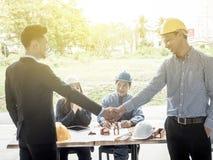 Arquitectos de los hombres de negocios que sacuden las manos el arquitecto se encontr? en la oficina para discutir proyectos del  fotografía de archivo
