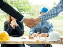 Arquitectos de los hombres de negocios que sacuden las manos el arquitecto se encontr? en la oficina para discutir proyectos del  fotos de archivo libres de regalías