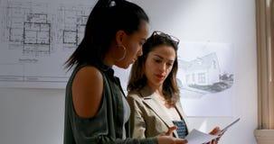 Arquitectos de sexo femenino que discuten un plan 4k del modelo metrajes