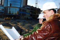 Arquitectos jovenes que miran el modelo. Fotografía de archivo
