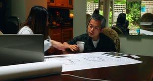 Arquitectos que discuten sobre el modelo 4k almacen de metraje de vídeo
