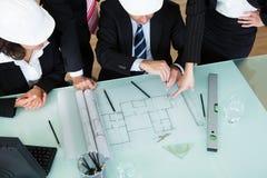 Arquitectos que discuten un modelo Fotos de archivo