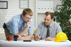 Arquitectos que hablan en la oficina Fotos de archivo libres de regalías