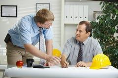 Arquitectos que hablan en la oficina foto de archivo libre de regalías