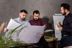 Arquitectos que miran modelos fotos de archivo libres de regalías