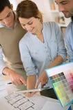 Arquitectos que se colocan en oficina y que trabajan junto Foto de archivo libre de regalías