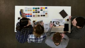 Arquitectos y trabajo y trabajos múltiple de los diseñadores en la oficina imagen de archivo libre de regalías