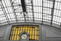 Arquitectura abstracta geométrica con un reloj Imagen de archivo
