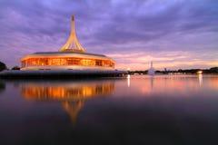 Arquitectura agradable en el lago Imagen de archivo