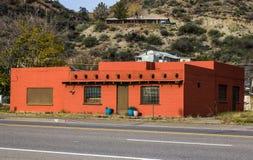 Arquitectura anaranjada vacante del estilo del sudoeste imagenes de archivo